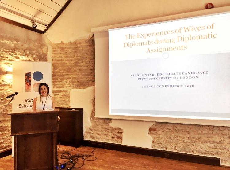 Psicóloga estuda mulheres dediplomatas